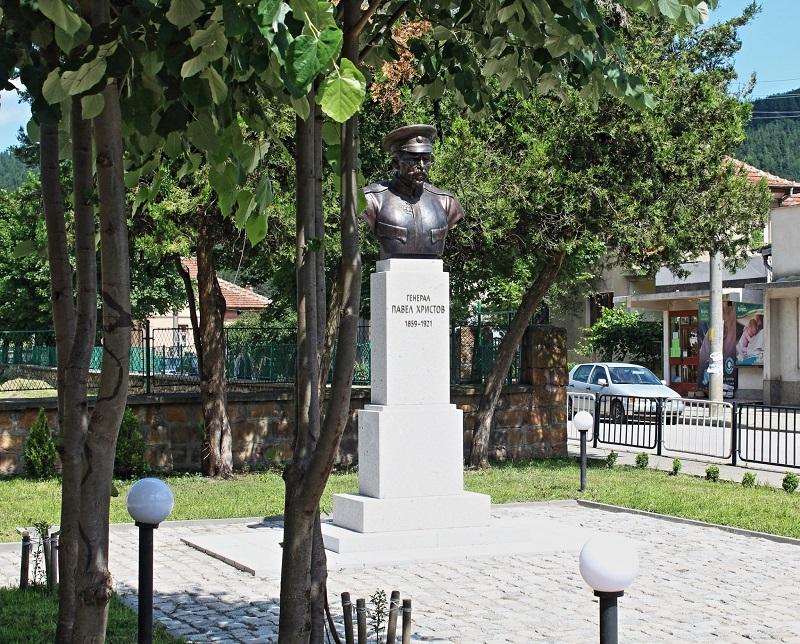Паметник Павел Христов в Етрополе