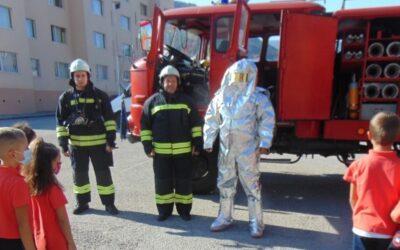 """В СУ """"Христо Ясенов"""" – Етрополе се проведе запознаване с огнеборската професия, специализираното техническо оборудване на пожарникарите с учениците от 1-ви до 4-ти клас"""